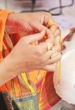 Brahman utförande Pooja för mangalaen Sutra Arkivbilder