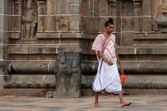 Brahmanprästen skriver in den Nataraja templet Arkivfoton
