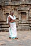 Brahmanprästen skriver in den Nataraja templet Royaltyfria Foton