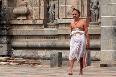 Brahmanprästen skriver in den Nataraja templet Fotografering för Bildbyråer