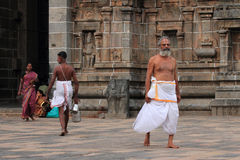 Brahmanprästen skriver in den Nataraja templet Royaltyfri Bild
