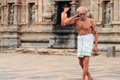 Brahmanprästen skriver in den Nataraja templet Arkivbilder