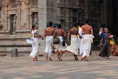 Brahmanpräster skriver in den Nataraja templet Royaltyfria Foton