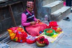 Brahmanpräster som väntar folk på Rakshya Bandhan eller Janai Purni Arkivfoton