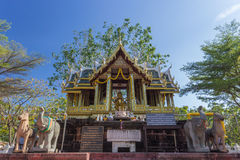 Brahmastandbeeld binnenshuis van verering stock foto
