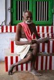 Brahmin che sorride in un'attrezzatura tradizionale Immagine Stock