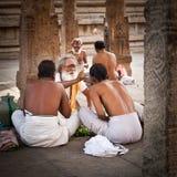 Brahmino indù con gli attributi religiosi che benedice la gente al tempio di Meenakshi L'India, Madura, Tamil Nadu Fotografia Stock Libera da Diritti