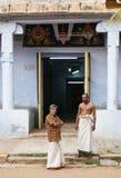 Brahmins delante del templo hindú Fotos de archivo libres de regalías