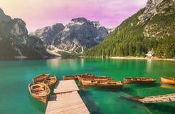 Braies湖在日落的Pragser Wildsee被迷惑的看法在女低音阿迪杰 库存图片
