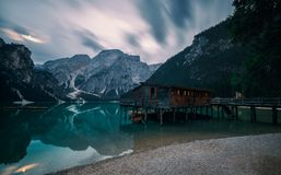 Braies的Lake Lago di Braies一个著名船库 库存图片