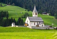 Braies BZ Chiesa dellafrazione di San Vito royaltyfri fotografi