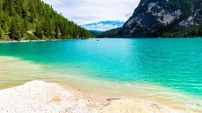 Braies jeziorny Lago Di Braies w chmurnym dniu, Południowy Tyrol, ital Zdjęcie Stock