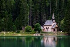 Braies See in den Dolomitbergen lizenzfreies stockfoto