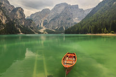 Braies See in Dolomiti-Bergen an einem bewölkten Tag, Trentino-Alt Stockbild