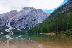 Braies sjö i dolomitesna Royaltyfri Foto
