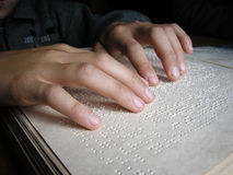 braille niewidomi książkowi palce zaludniają read zdjęcia stock