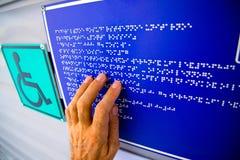 Braille-tekst wat betreft de hulp stock foto