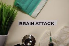 Brain Attack mit Inspiration und Gesundheitswesen/medizinischem Konzept auf Schreibtischhintergrund lizenzfreie stockfotografie