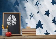 Brain Desk-Vordergrund mit Tafelgraphiken von Sternen Stockbild