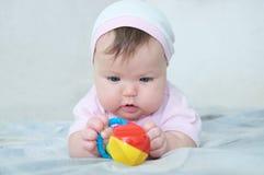 Brain Development temprano pequeño bebé concentrado que juega con traqueteo Imagen de archivo libre de regalías