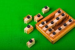Brain Teaser de madeira ou enigmas de madeira no fundo verde Foto de Stock