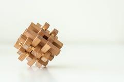 Brain Teaser de madera en el fondo blanco Imagenes de archivo