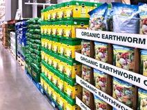 BRAINERD, MANGANÈSE - 31 MARS 2019 : Affichage des sacs de l'engrais organique de bâtis de ver de terre à vendre photo stock