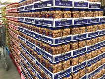 BRAINERD, MN - 30 MAR 2019 : Pallet of jars of Mixed Nuts on display and for sale royalty free stock photos