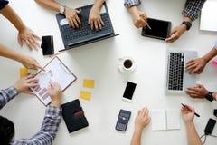 Brainstor de la opinión superior de Team Brainstorming Corporate de la reunión de negocios Imagen de archivo libre de regalías