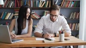 Brainstorm pracę obok dyskutuje z komputerem osobistym w loft zdjęcie wideo