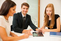 小组搜寻与brainstormi的解答的商人 库存图片