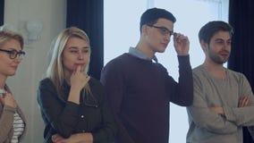 'brainstorming' ακροατηρίων, συνάδελφοι που στέκεται και που ακούει ένα λεωφορείο απόθεμα βίντεο