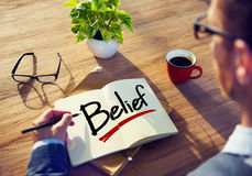 'brainstorming' επιχειρηματιών για την έννοια πεποίθησης στοκ εικόνες με δικαίωμα ελεύθερης χρήσης