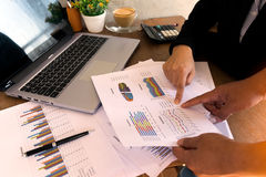 'brainstorming' επιχειρηματιών στο γραφείο γραφείων στοκ φωτογραφίες με δικαίωμα ελεύθερης χρήσης