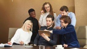 'brainstorming' επιχειρησιακών ομάδων ξεκινήματος στο γραφείο απόθεμα βίντεο