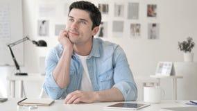 'brainstorming' νεαρών άνδρων σκέψης θετικό περιστασιακό στην εργασία φιλμ μικρού μήκους