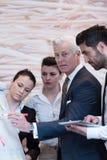'brainstorming' ομάδας επιχειρηματιών και λήψη των σημειώσεων σε flipboar Στοκ εικόνες με δικαίωμα ελεύθερης χρήσης