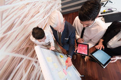 'brainstorming' ομάδας επιχειρηματιών και λήψη των σημειώσεων σε flipboar Στοκ Εικόνες