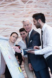 'brainstorming' ομάδας επιχειρηματιών και λήψη των σημειώσεων σε flipboar Στοκ φωτογραφία με δικαίωμα ελεύθερης χρήσης