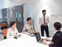 'brainstorming' ομάδας επιχειρηματιών και λήψη των σημειώσεων boa κτυπήματος Στοκ φωτογραφίες με δικαίωμα ελεύθερης χρήσης