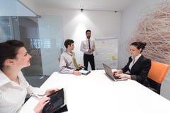 'brainstorming' ομάδας επιχειρηματιών και λήψη των σημειώσεων boa κτυπήματος Στοκ φωτογραφία με δικαίωμα ελεύθερης χρήσης