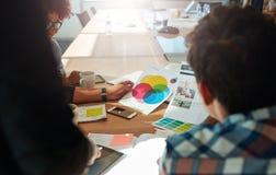 'brainstorming' ομάδας στην αίθουσα συνεδριάσεων με swatches χρώματος Στοκ Εικόνες