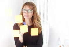'brainstorming' στο γραφείο Στοκ εικόνα με δικαίωμα ελεύθερης χρήσης