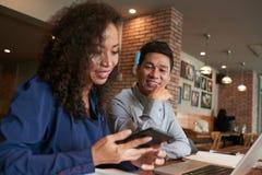 'brainstorming' συναδέλφων χαμόγελου στον καφέ στοκ εικόνες με δικαίωμα ελεύθερης χρήσης