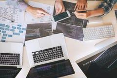 Επαγγελματικό συνεδρίαση της συνεργασίας προγραμματιστών υπεύθυνων για την ανάπτυξη και 'brainstorming' και προγραμματισμός στον  στοκ εικόνα με δικαίωμα ελεύθερης χρήσης