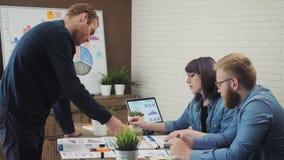 'brainstorming' del gruppo di affari che ricerca piano di vendita stock footage