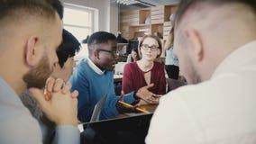 'brainstorming' del gruppo nell'ufficio moderno del sottotetto d'avanguardia Giovane discussione sorridente creativa multietnica  archivi video