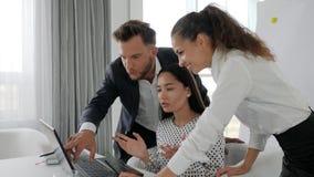 'brainstorming' della gente dell'ufficio sul computer nel centro di affari, disaccordi degli uomini d'affari sull'affare di idee stock footage