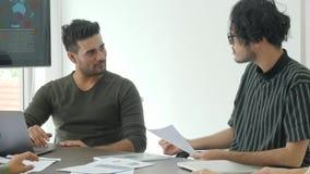 'brainstorming' di riunione del gruppo di affari che divide nuova idea in ufficio moderno archivi video