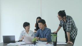 'brainstorming' di riunione del gruppo di affari che divide nuova idea in ufficio moderno stock footage